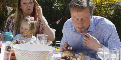 El Primer Ministro del Reino Unido, David Cameron, utilizó cubiertos para comer un hot dog Foto:AP