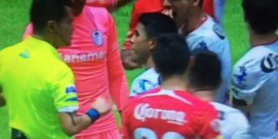 El árbitro Jorge Pérez Durán pitó un penal en el partido entre Toluca y Atlas en la Liga MX de México, debido a de que el centro de Alfonso González fue detenido con el brazo izquierdo de Jordan Silva. Foto:Vine: @Jugadinho