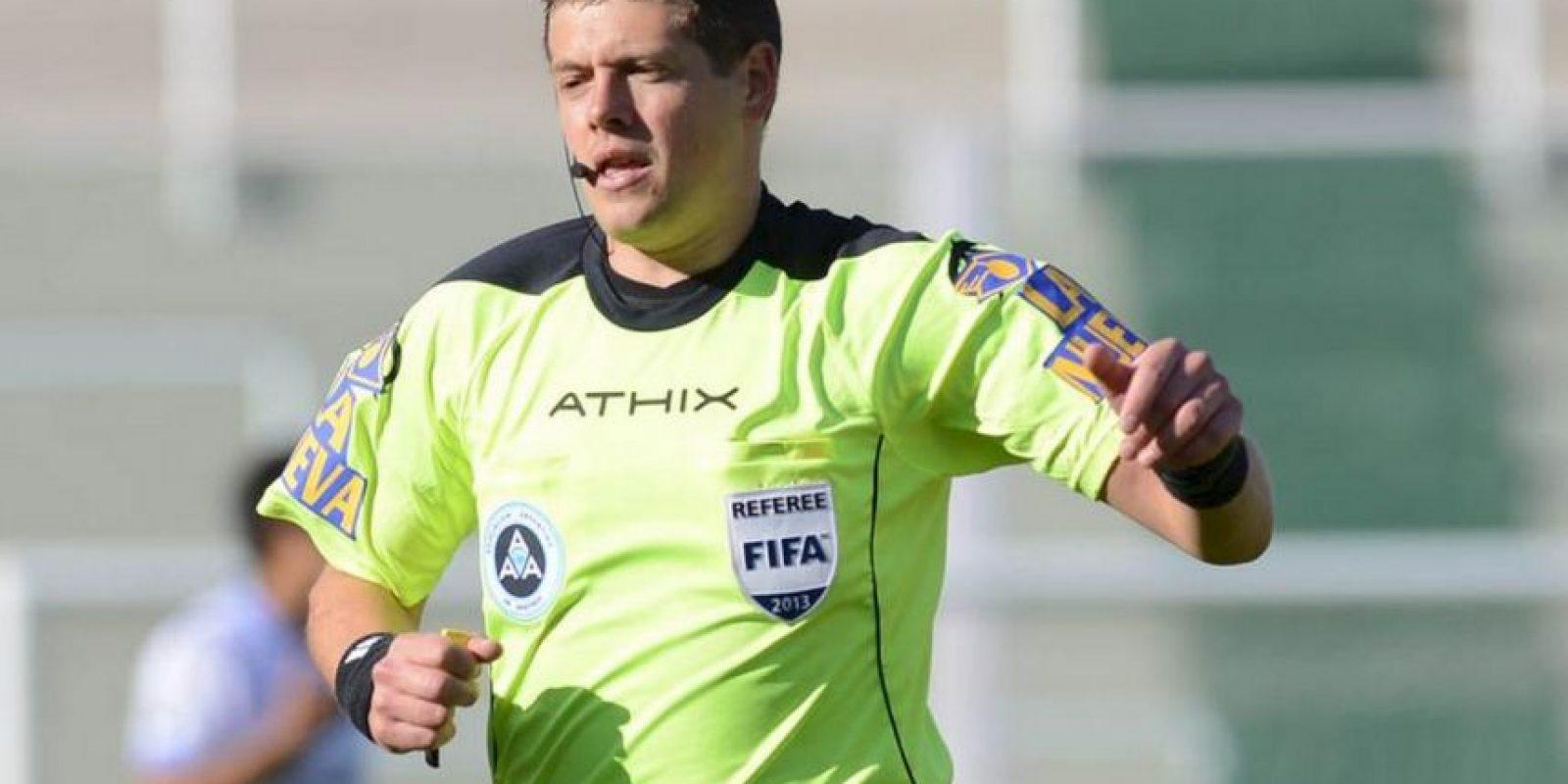 En un principio Delfino había señalado que Valencia cometió mano dentro del área, pero la infracción había sido de Mariano Pavone. Foto:Vía twitter/afa