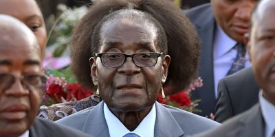"""El dictador de Zimbawe fue captado con un """"nuevo peinado"""" al ser fotografiado delante de una mujer Foto:AP"""
