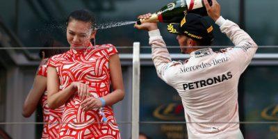 """Hamilton bañó de champán a una modelo y fue tachado de """"sexista"""" y """"egoísta"""". Foto:Getty Images"""