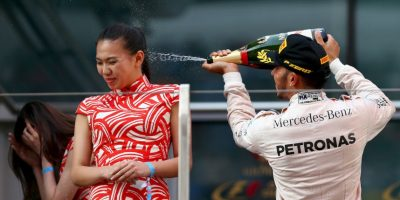 Hamilton bañó a modelo con champán y lo acusan de machista