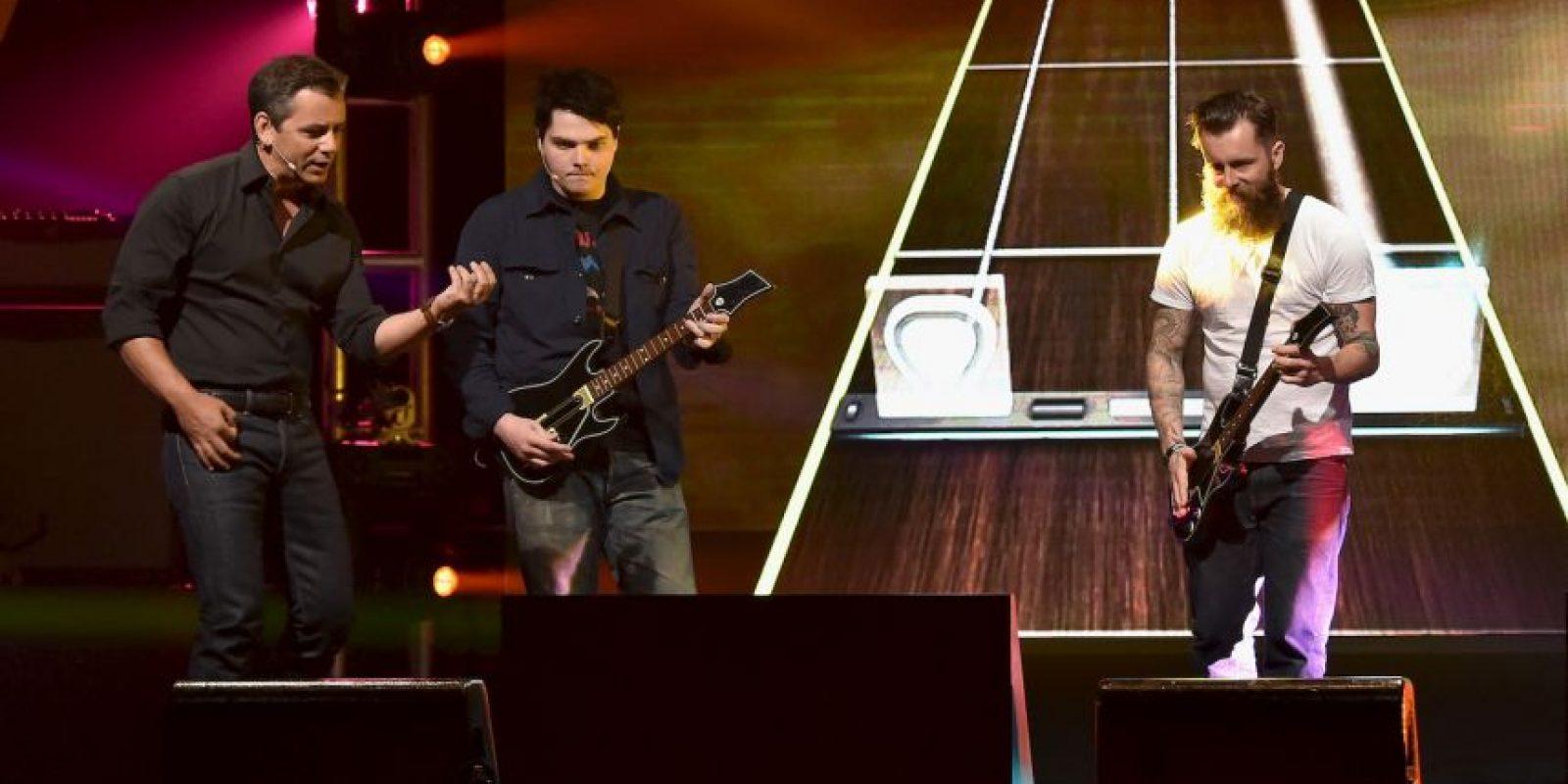"""Se presentaron invitados especiales como Gerard Way, guitarrista del grupo """"My Chemical Romance"""", quien toca junto a Jamie Jackson. Foto:Getty Images"""