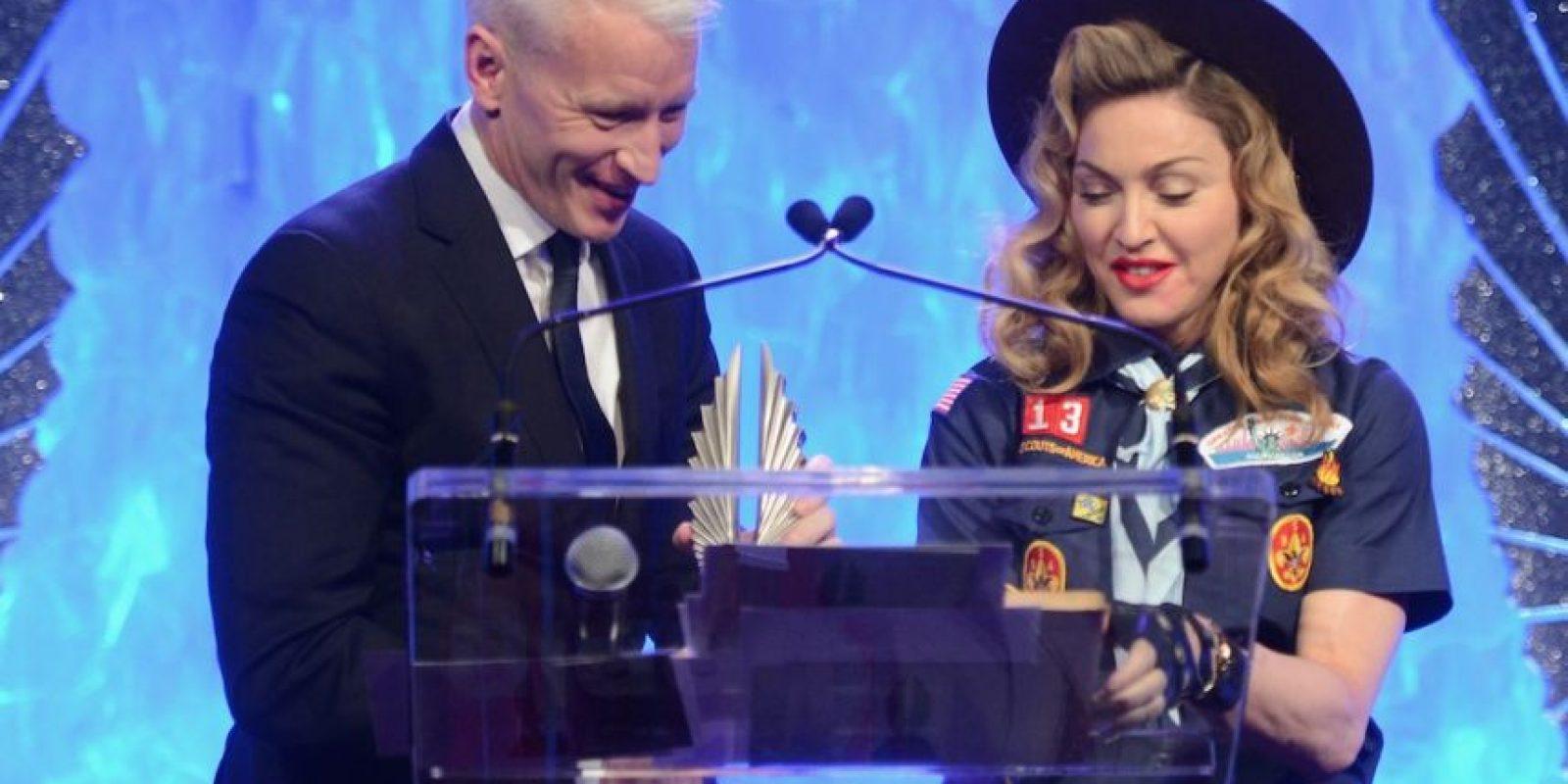 En 2003, el periodista y activista de la comunidad gay besó a la cantante, durante la entrega de los premios Glaad. Foto:Getty Images