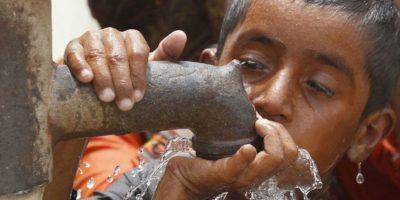 Las enfermedades relacionadas con el uso de agua incluyen aquellas causadas por microorganismos y sustancias químicas presentes en el agua potable. Foto:vía Getty Images