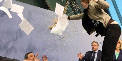 VIDEO. Una joven lanza confeti sobre presidente del Banco Central Europeo
