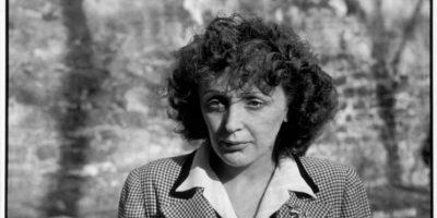 """Después conoció Louis Lepleé, el empresario que descubrió su talento y la llamó """"La Mome Piaf"""" (el equivalente a gorrión en francés), la puso a trabajar en su cabaret bajo el nombre de Édith Piaf. Foto:Vía Facebook.com/edithpiafofficie"""