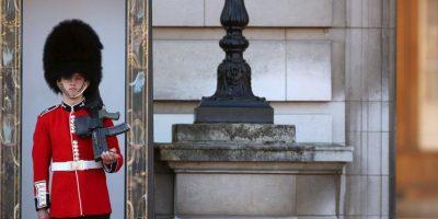Los guardias que se ocupan de la seguridad del palacio son relevados acompañados por una banda musical militar. Foto:Getty Images