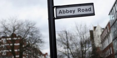 Abbey Road es el nombre para tres cosas distintas: una calle ubicada en el Gran Londres, los estudios musicales ubicados en la misma calla y es el títiulo de un album de The Beatles.