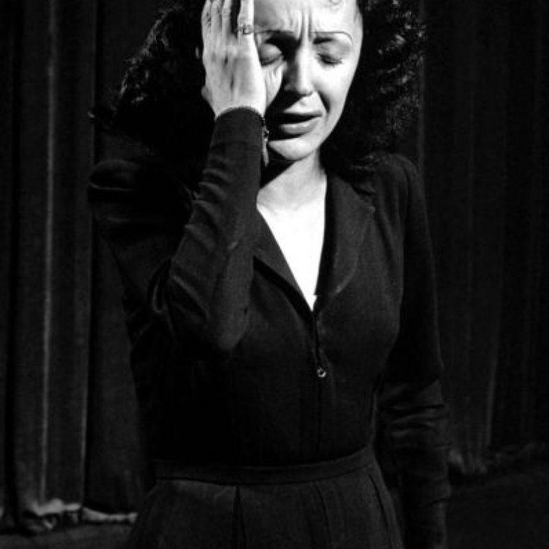 Después se casó con Theo Sarapo (20 años más joven que ella), quien la vio morir el 10 de octubre de 1963 en su casa de campo en la localidad mediterránea de Grasse, Francia. Foto:Vía Facebook.com/edithpiafofficie