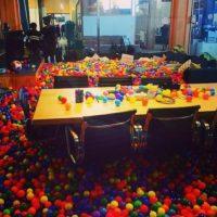 Su sala de juntas está llena de pelotas de plástico. Foto:instagram.com/anthonybayreddy