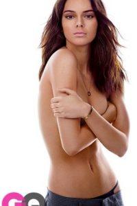 Kendall muestra su figura cubriendo sus pechos con los brazos cruzados. Foto:Revista GQ