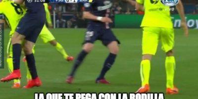 Pero no perdonaron que Iniesta se dedicara a pegar en lugar de jugar. Foto:Vía memedeportes.com