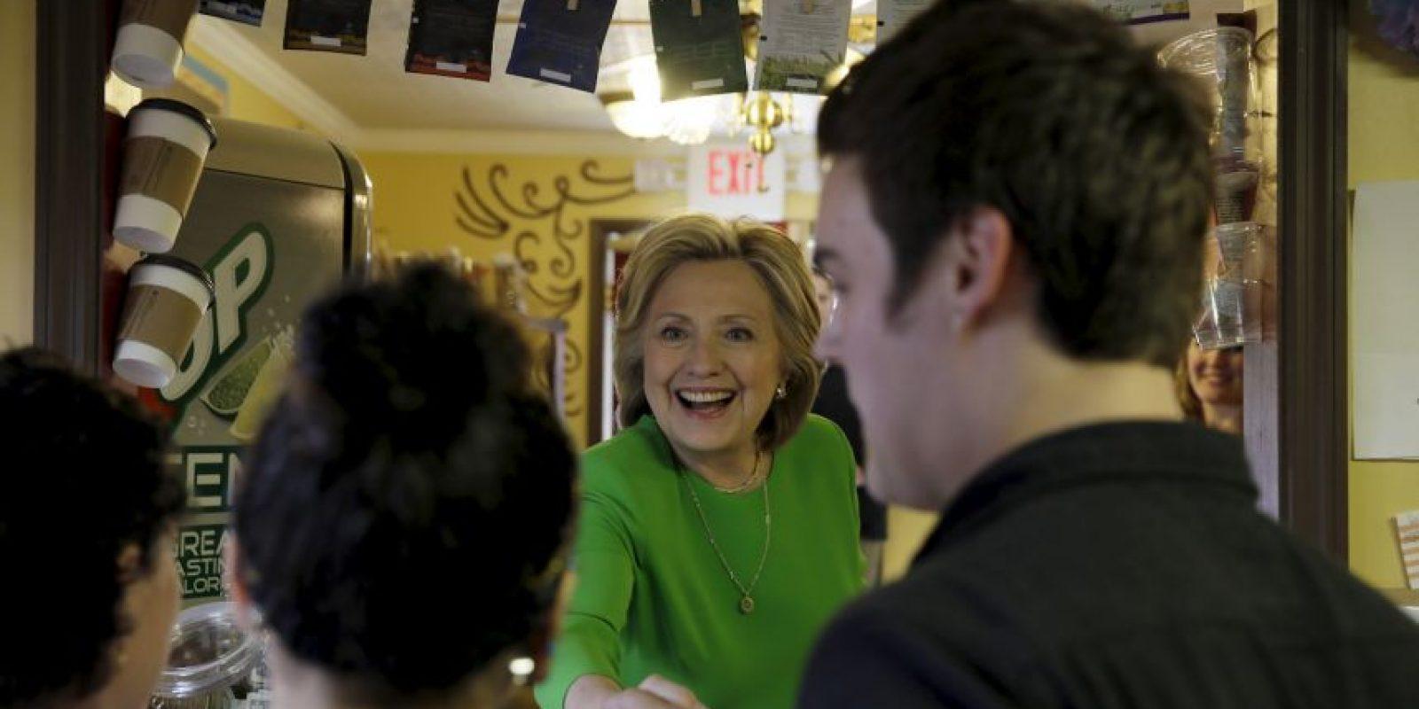Hillary empezó su campaña en una cafetería de Iowa. Foto:AP