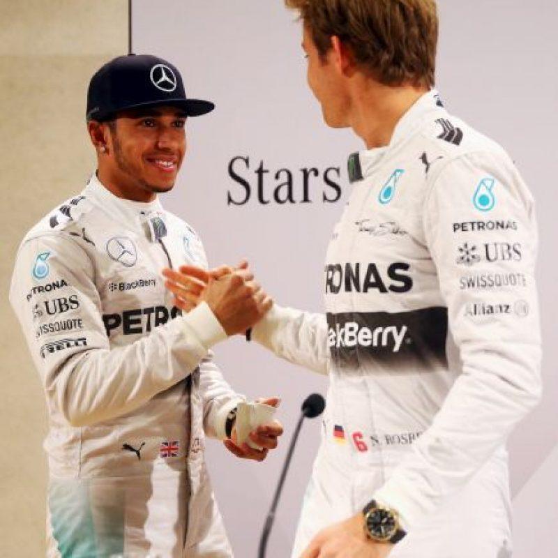 Durante el Gran Premio de Hungría, Hamilton que iba tercero, hizo caso omiso a las órdenes de su equipo de no bloquear la pista a Rosberg, quien marchaba detrás de él. Foto:Getty Images
