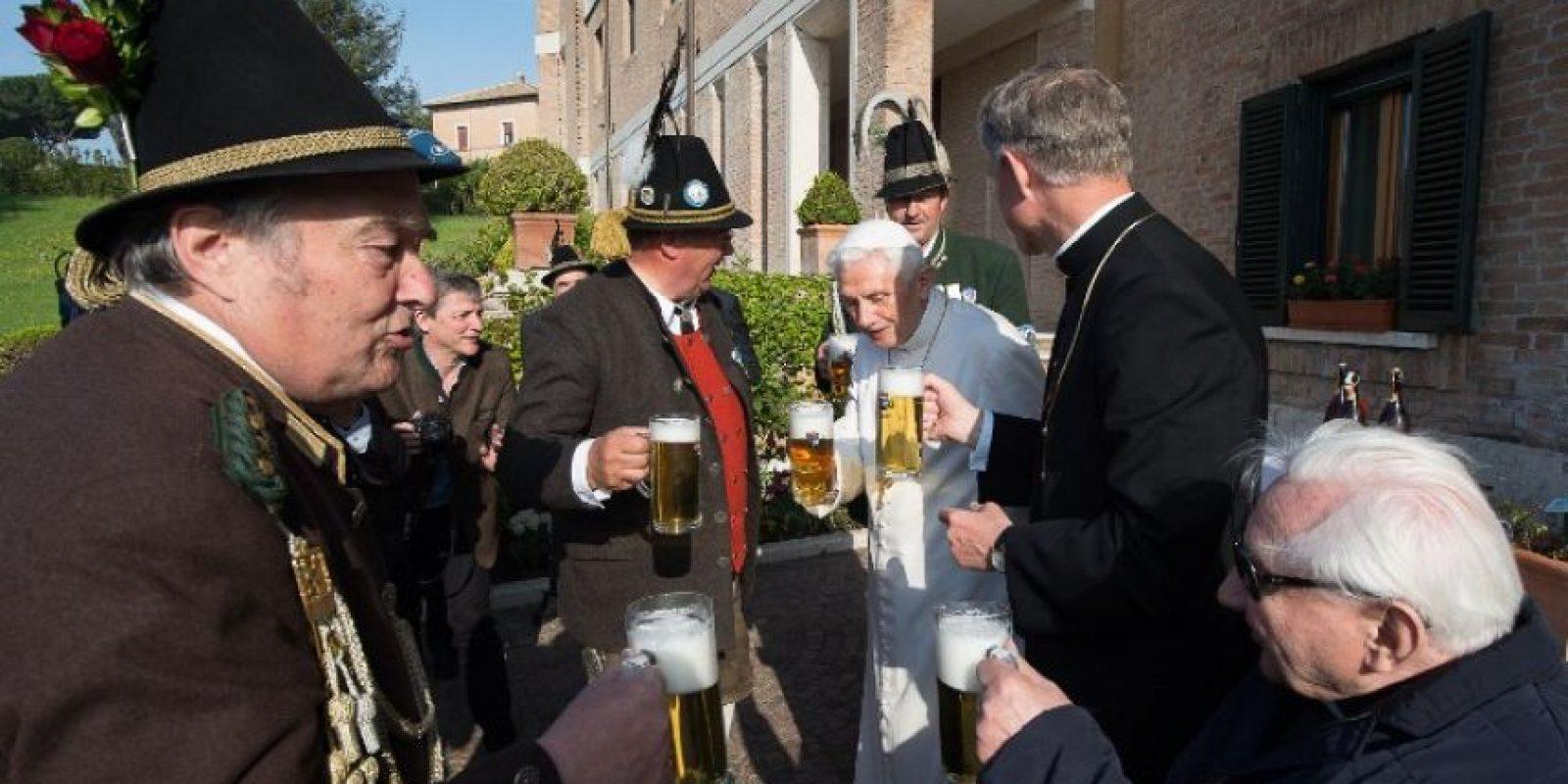 Se le veía contento celebrando con cerveza. Foto:AFP