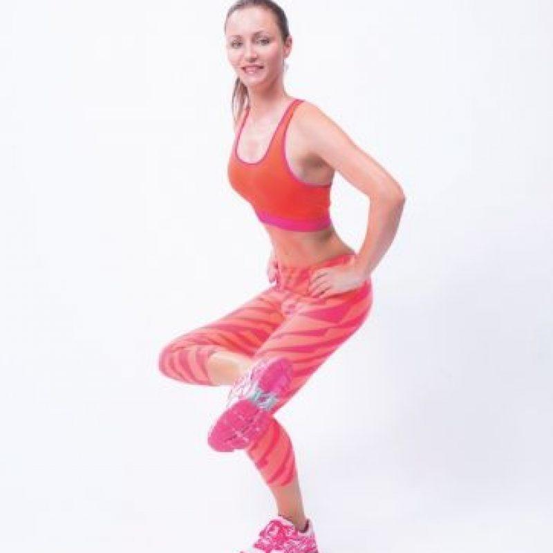 Un ejercicio de todo en uno que hace que las piernas, el trasero y los abdominales trabajen juntos. Mantén la posición durante 30 segundos; 10 veces por pierna. Foto:Cortesía