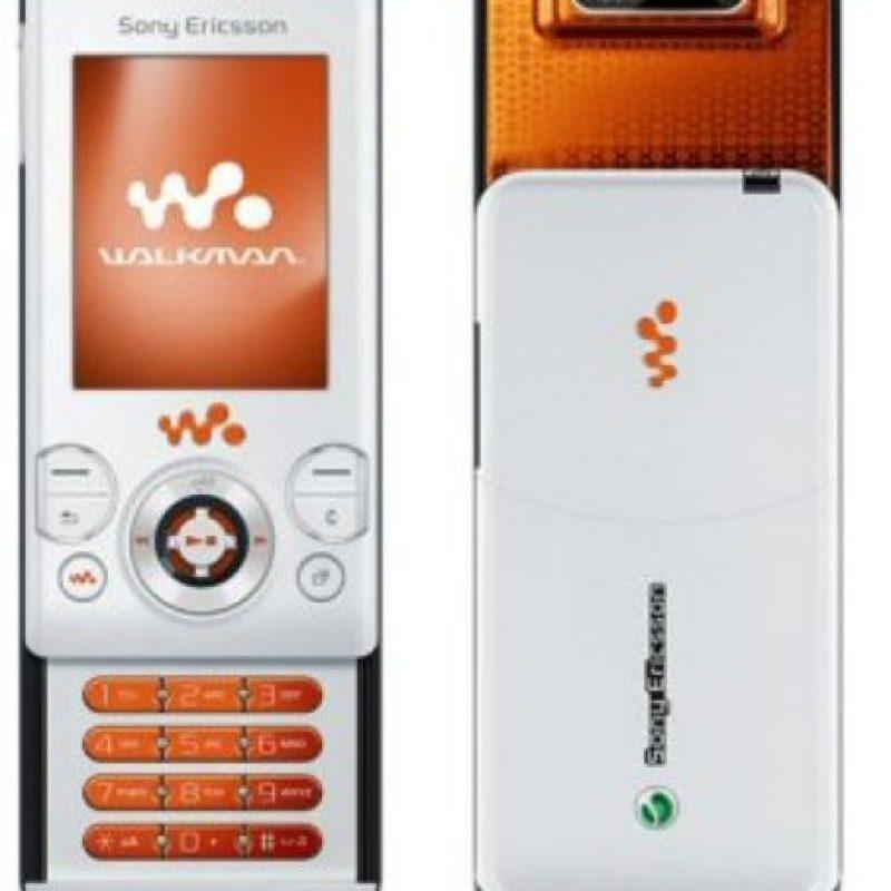 Lanzado en 2007, tenía una cámara de 2 megapixeles, memoria interna de 12MB y ranura para tarjeta de memoria M2. Su principal atractivo era su capacidad de audio, ideal para escuchar su música favorita. Foto:Sony