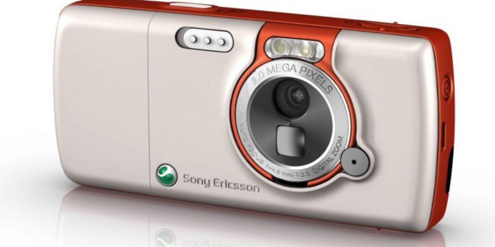 Lanzado en 2005, tenía lector de tarjetas Memory Stick Pro Duo, cámara de 2 megapixeles con linterna LED, 34MB de memoria interna y bocinas con Megabass. Foto:Sony
