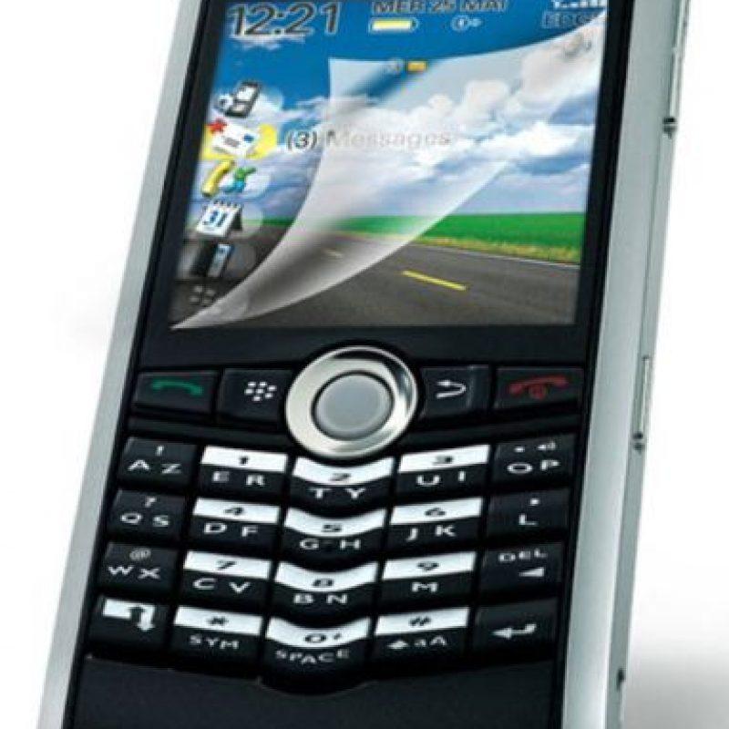 Lanzado en 2006, tenía pantalla a colores, teclado físico, cámara de 1.3 megapixeles, memoria interna de 64MB y un joystick con el que podían moverse a través de la pantalla. Foto:Blackberry