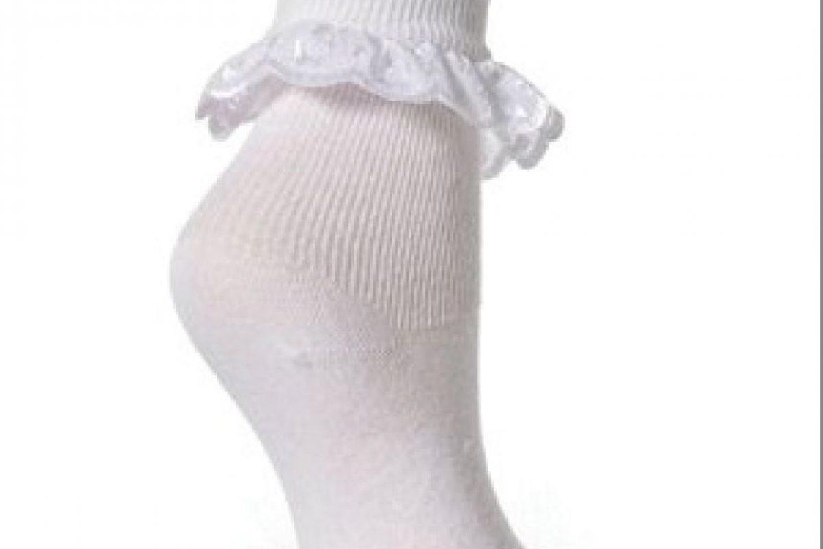 """Una escuela en Gloucester, Inglaterra, prohibió las niñas usar calcetines con vuelos por miedo a que tropezaran con ellos, todo en nombre de la """"salud y seguridad"""". Foto:Amazon.com"""