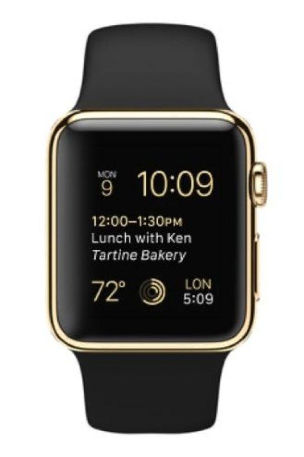 El Apple Watch de oro se encuentra sobre una mesa en el centro de la habitación. Foto:Apple