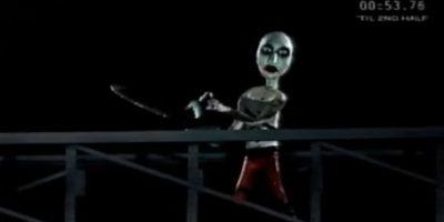 Fue obra de Marilyn Manson, quien la cortó, provocando que las cayera encima. Foto:vía MTV