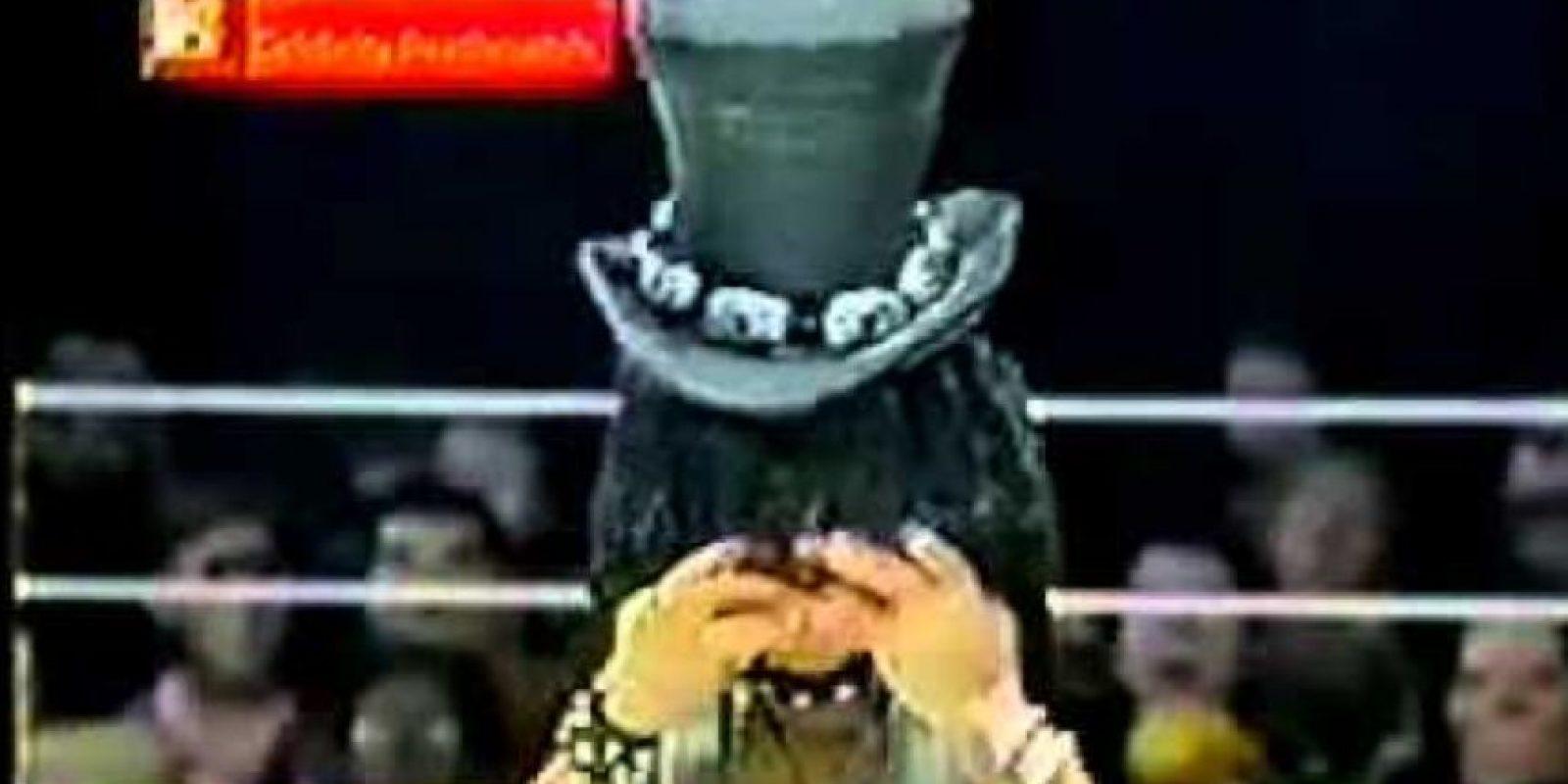Eso hace que Slash enloquezca y lo corte en pedazos con tijeras. Foto:vía MTV