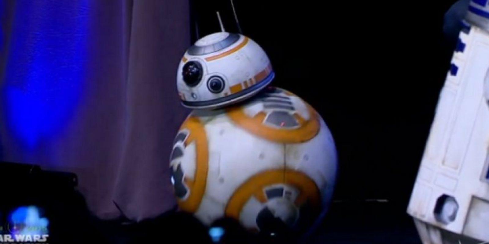 """Este es """"BB8"""", el nuevo """"R2D2"""". Fue presentado en vivo desde el evento. Foto:Twitter"""