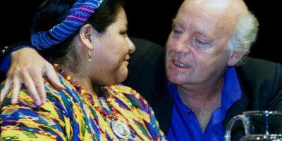 Junto a la galardonada con el Premio Nobel de la Paz, Rigoberta Menchú Foto:AFP