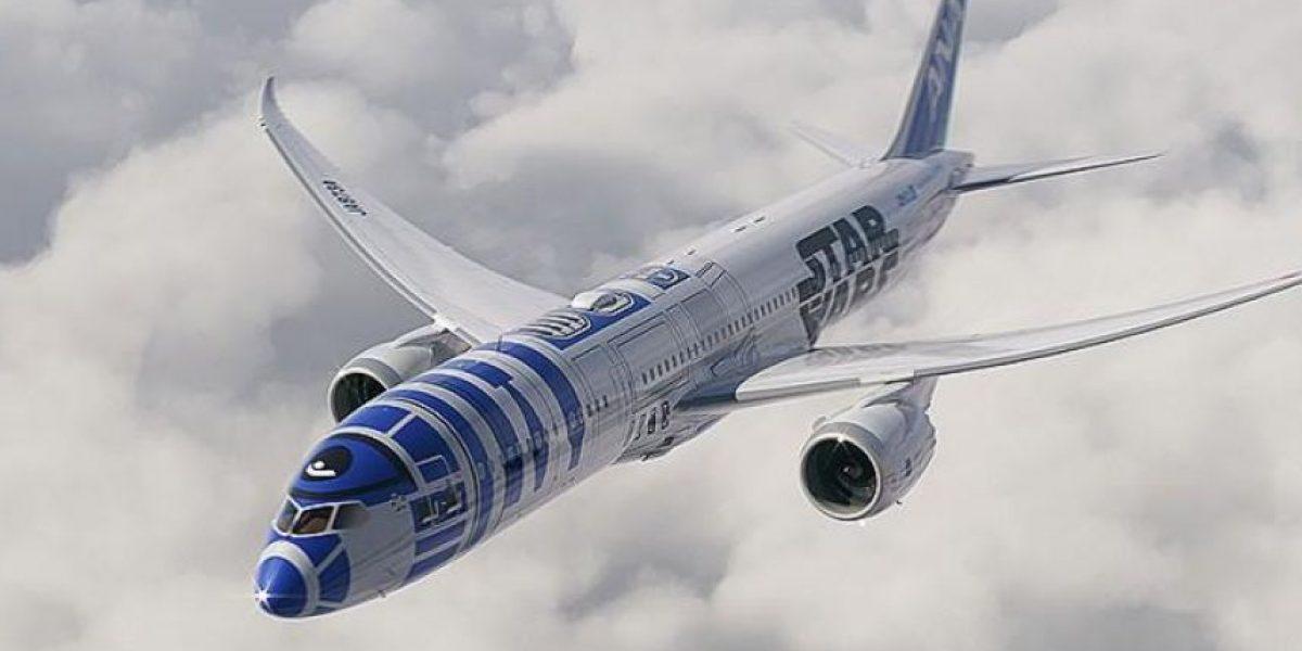 R2-D2 vuela por los cielos de la Tierra