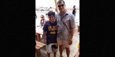 """5. Niño cuya playera decía """"Estoy con un estúpido"""" posa junto al presidente Rafael Correa Foto:Twitter"""