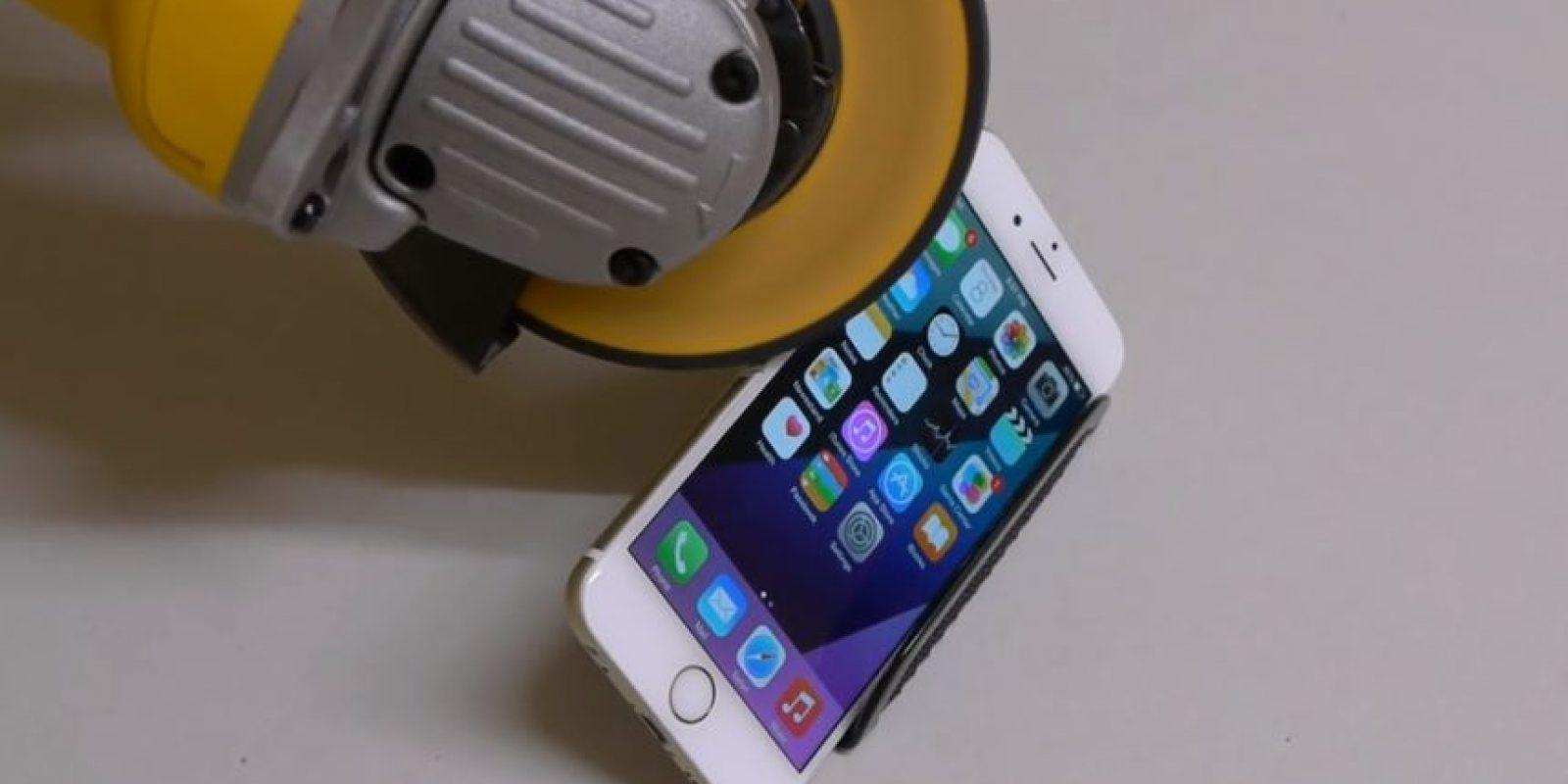 iPhone 6 contra una sierra eléctrica. Foto:TechRax