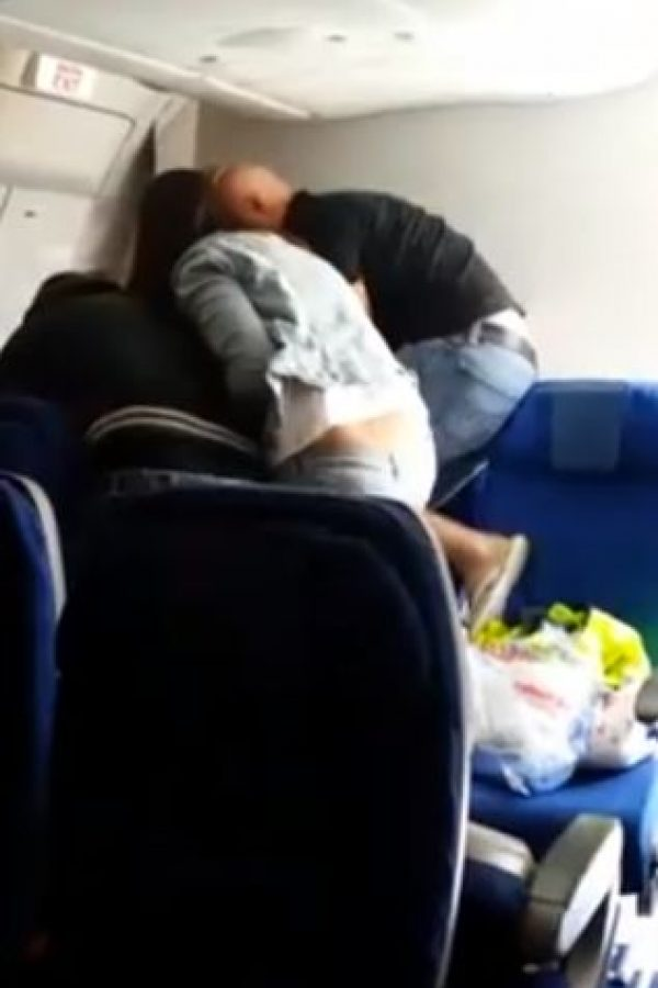 """Fuentes de la policía afirmaron que el pasajero """"se negó a ser expulsado""""."""