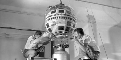 10 de julio: Telstar, el primer satélite de comunicaciones comerciales, es lanzado a la órbita terrestre. Foto:Att.com