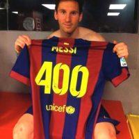El argentino posó con una camiseta alusiva a su récord goleador. Foto:Twitter