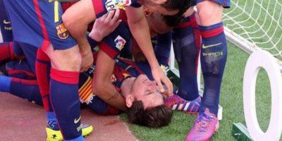 Messi fue felicitado por sus compañeros tras la anotación. Foto:Twitter