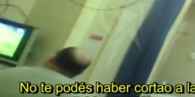 El médico Javier Barraza, del hospital argentino Joaquín Castellanos, tuvo que atender una urgencia mientras jugaba Barcelona. Se enojó por ello. Foto:Youtube