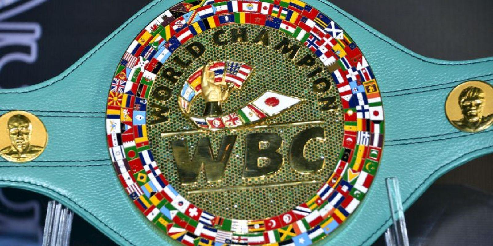 """El cinturón de la WBC fue hecho completamente a mano y para su creación se utilizaron 3 mil esmeraldas y un kilo de oro para las letras y las placas las cuales fueron pulidas una por una. Para el acabado se usó la piel """"Ferrari"""". Foto:World Boxing Council"""
