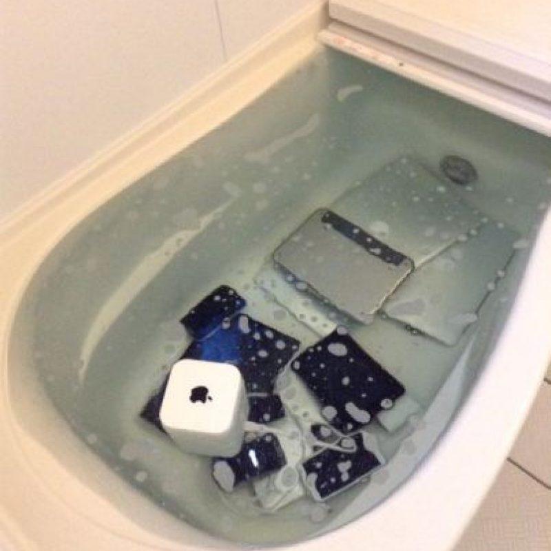 Una mujer arrojó todos los productos Apple de su novio infiel a la tina de baño. Foto:twitter.com/foolishnessfly2
