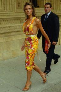 Victoria Beckham no era ícono de moda ni por asomo. Solo era una esposa rica de futbolista que ensayaba vestidos demasiado ostentosos. Foto:vía Getty Images
