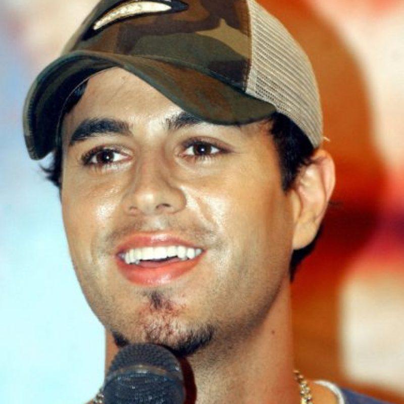 Enrique Iglesias, mostrando por qué el brillo en la cara, la gorra y la barba de chivo eran sexies. Mejor no. Foto:vía Getty Images