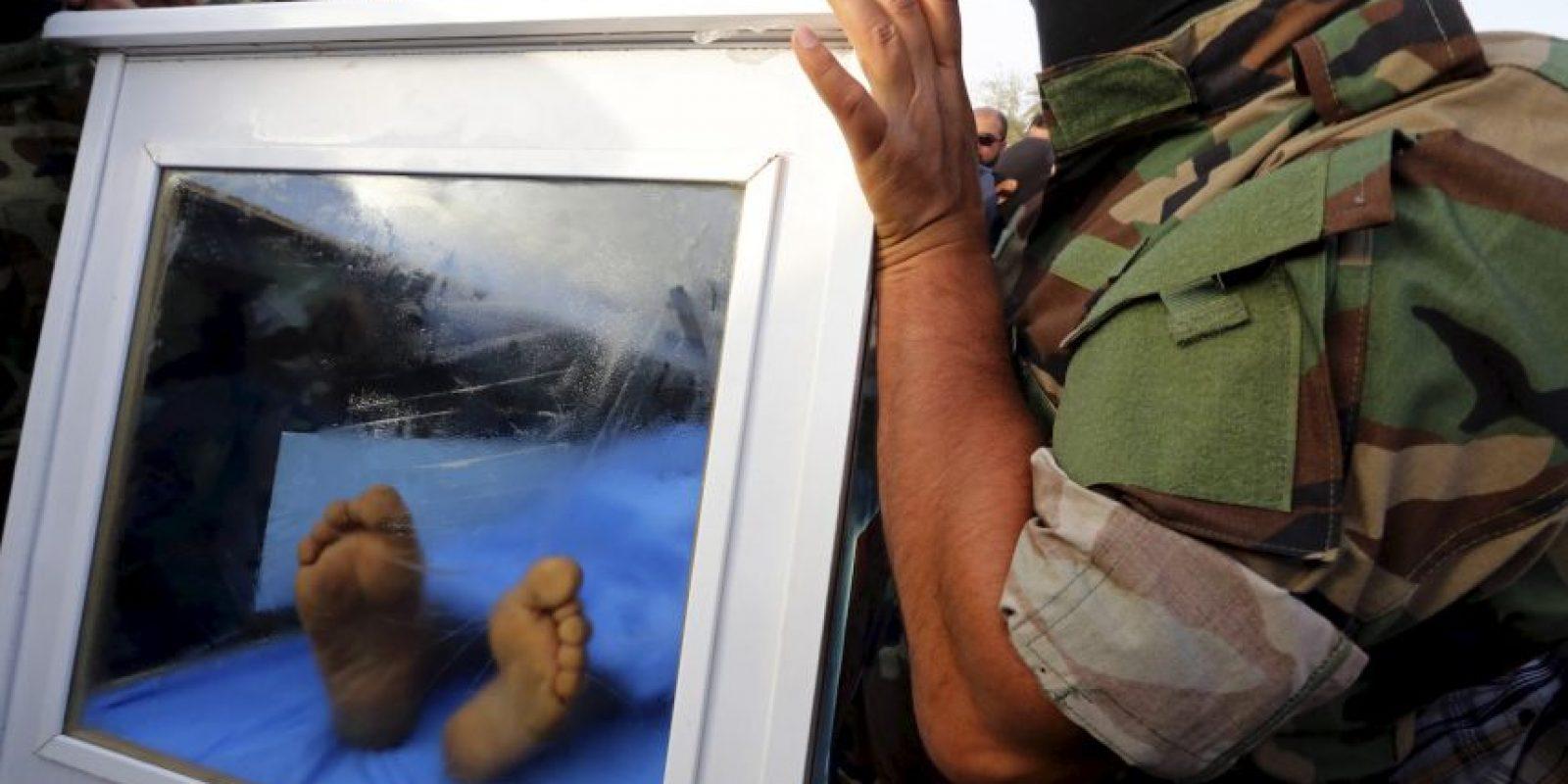 El ataúd de cristal con los restos de Al-Douri fue trasladado de un vehículo del gobierno. Foto:AP