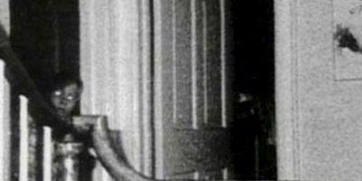 El niño de Amityville: Ed y Lorraine Warren, famosos parasicólogos y demonólogos, fueron en los años setenta a investigar qué fue lo que pasó con la casa de una familia de apellido Lutz, que fue espantada por presencias demoniacas que existían allí. Se encontraron con que la familia compró la casa de otra que fue asesinada tiempo antes, y no solo eso: La casa, en épocas coloniales, fue centro de ocultismo y también un sanatorio. Tomaron la foto en el momento en que un niño no se encontraba allí. Foto:vía Ed y Lorraine Warren