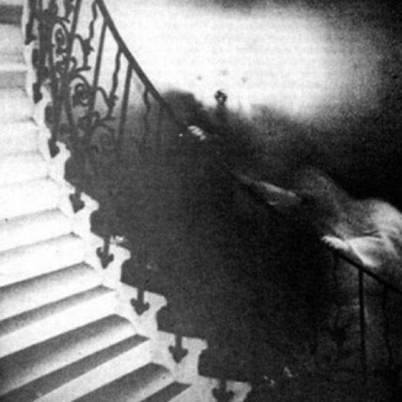 El fantasma de las escaleras de Tulipa: La foto fue tomada en los años 60, por el reverendo Ralph Hardy, en el Museo Nacional Marítimo de Greenwich. Expertos determinaron que la foto no era un montaje y que de hecho, hay fenómenos extraños en el lugar. Foto:vía Ralph Hardy