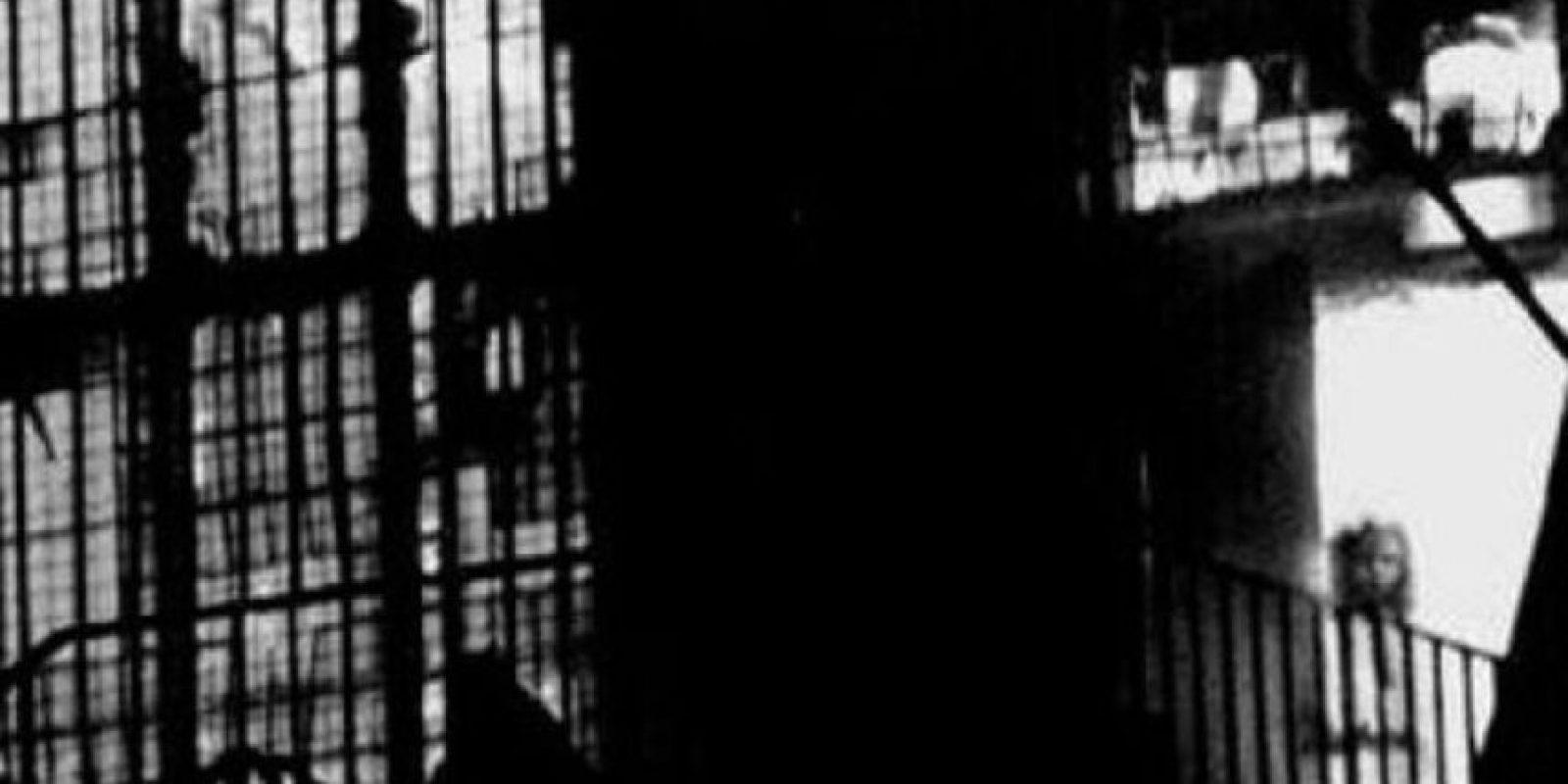 El fantasma de la niña del incendio: En los años 90, hubo un incendio en Shropshire, en el Ayuntamiento. Tony O' Rahilly tomó unas fotos del edificio, y al revelarlas vio a una muchacha. En el incendio no hubo víctimas. Se dice que era el fantasma de una chica que quemó una casa por accidente y murió. Foto:vía Tom O Rahilly