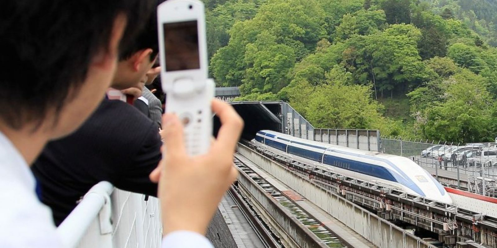 A partir de los 100 kilómetros por hora, las fuerzas le permiten planear 10 cm sobre la pista. Foto:Getty Images