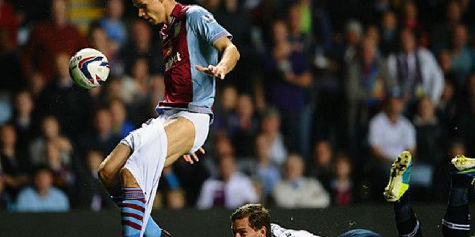 Nicklas Helenius fue casi desvestido por un rival, cuando militaba en el Aston Villa Foto:Getty Images