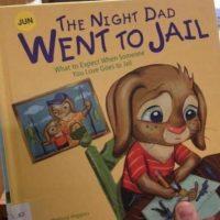 """""""La noche en que papá fue a la cárcel"""" fue lanzado en 2011 y escrito por Melissa Higgis Foto:vía TDEPress"""