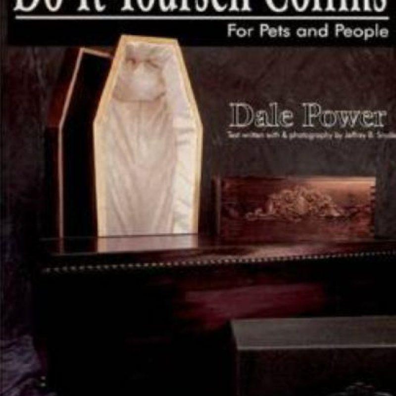 """Este libro lanzado en 2007 y escrito por Dale Power muestra cómo construir ataúdes para ustedes y toda su familia, incluida la mascota. Se llama """"Cómo construir ataúdes para ustedes y su mascota"""". Lo escribió Dale Power. Foto:vía Schiffer Publishing"""